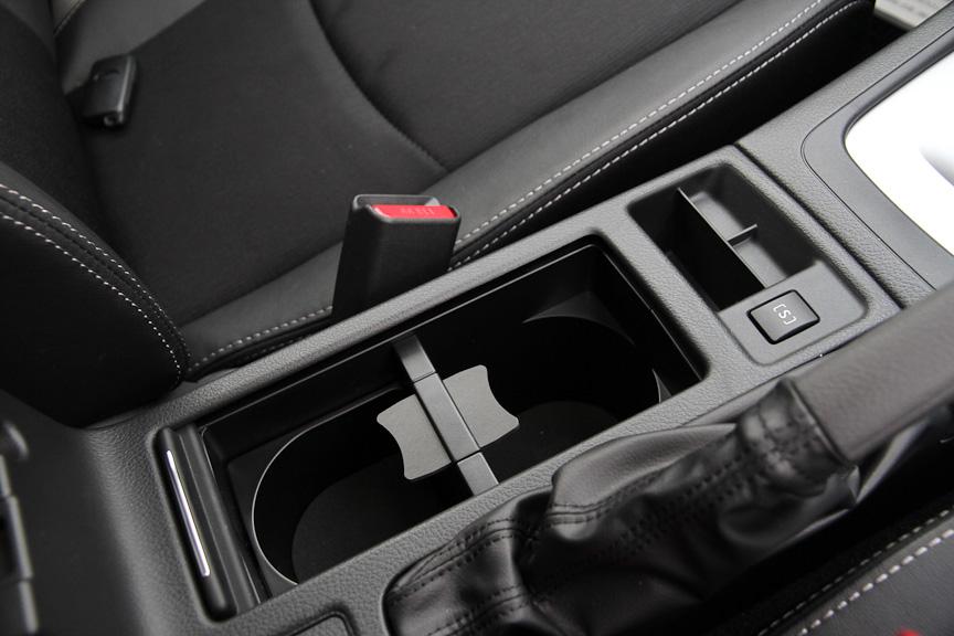 センターコンソールにはフタ付きのドリンクホルダー。[S]スイッチは、スロットル特性や変速特性をスポーティな味付けに変更するスイッチ。ATモデル全車に装備
