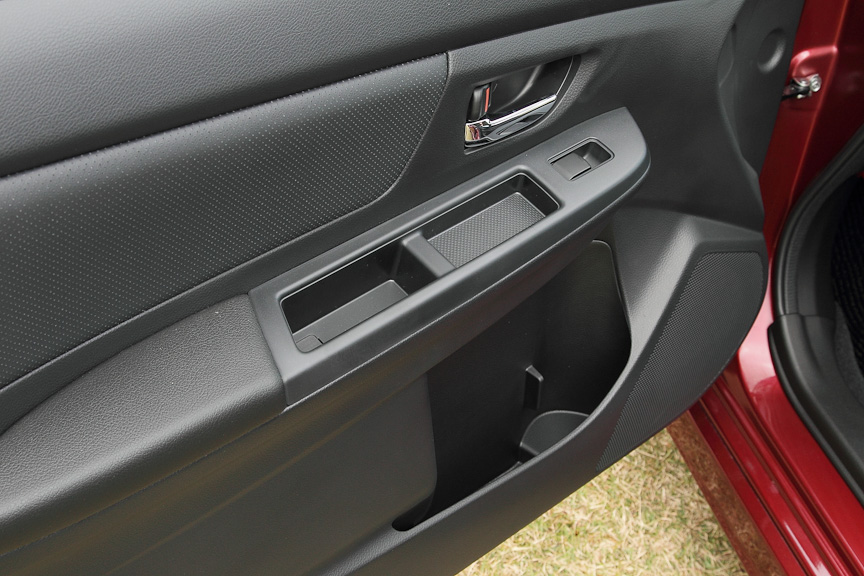 助手席ドアのインパネ。iPodやA4サイズのファイルが入れられるポケットが付く