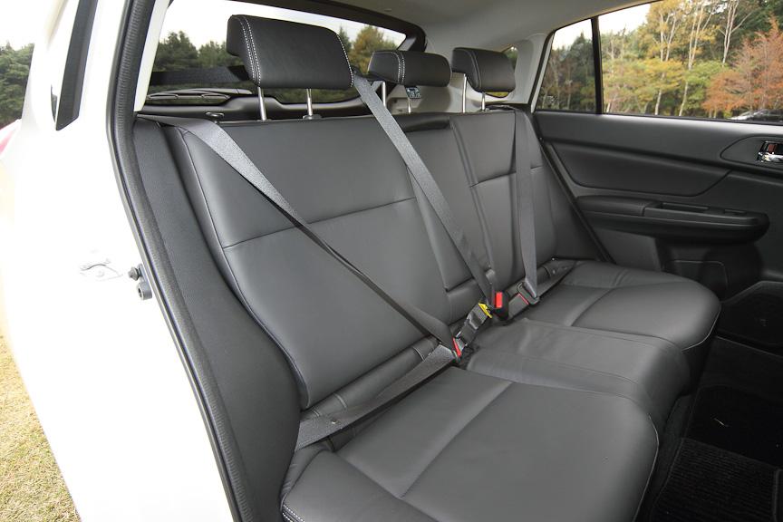 後席(写真はブラックレザーセレクション)。3人分のヘッドレストと3点式シートベルトが付く