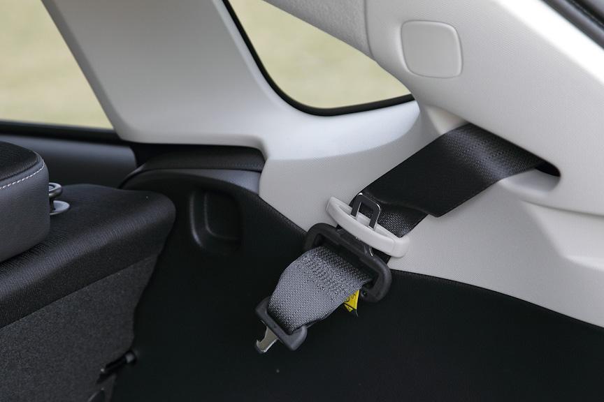 後席中央のシートベルトは、Dピラー部から伸びる
