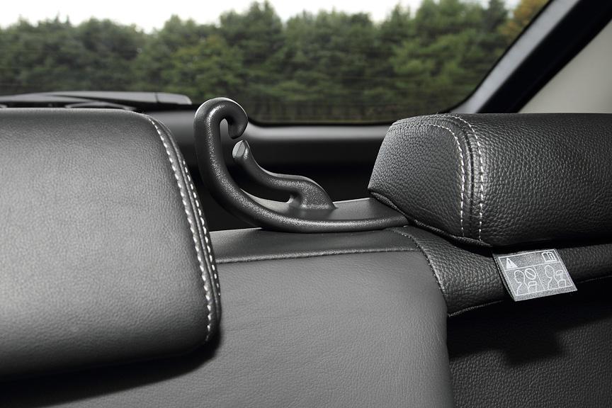 ヘッドレスト横のアンカーにより、適切な位置にベルトが来るよう配慮されている