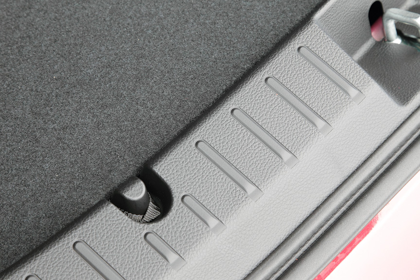 ラゲッジフロア部分を引っかけて、斜めにスロープにすることが可能。重い荷物の出し入れがしやすいように工夫されている