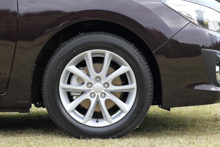 2.0iには16インチアルミホイールと、205/55 R16サイズのタイヤを標準装備。ブレーキはフロントが15インチベンチレーテッドディスク&2ポットキャリパー、リアは15インチディスクブレーキを装備