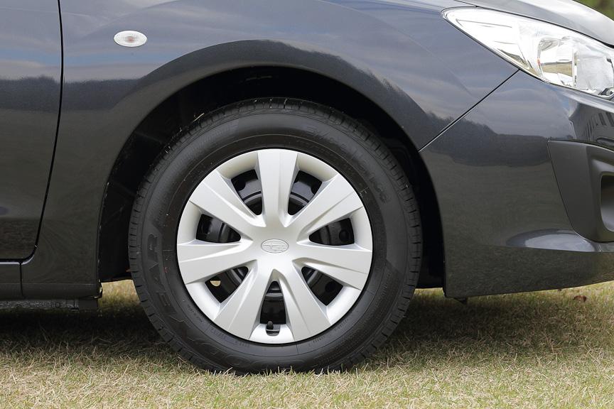 1.6iに付くのは15インチスチールホイール。タイヤサイズは195/65 R15。フロントブレーキは14インチベンチレーテッドディスクブレーキ。リアは15インチディスクブレーキ