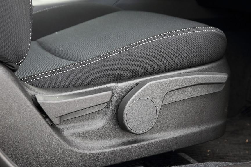 2.0i-Sシリーズを除き、標準装備のシートリフター付き運転席