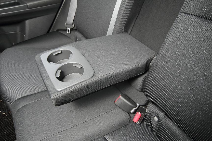 ドリンクホルダー付きセンターアームレストを装備、ISO-FIXのチャイルドシートにも対応
