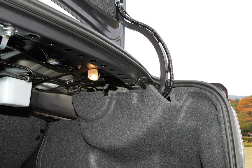 ヒンジアームを最適化し、実用スペースを拡大。さらにトリムで覆うことで、積載した荷物との干渉を防ぐ