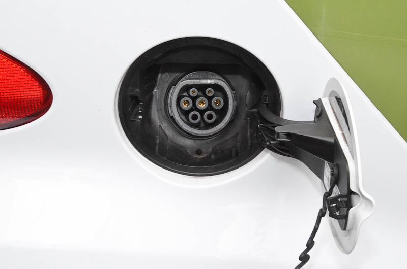 試乗車には欧州仕様の充電プラグが付いていたが、日本仕様は日本のプラグが付く。急速充電ポートはなく、200Vの普通充電のみ