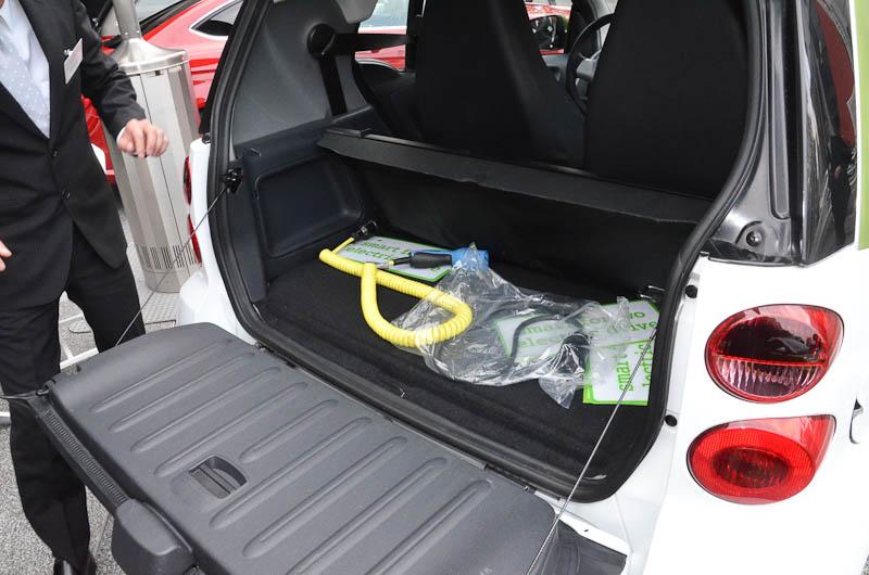 室内はガソリンエンジンのスマート フォーツーとほぼ同じで、始動もシフトレバー後ろのイグニッションキーを捻る。ダッシュボード上のメーターは左が電池残量、右が電力消費量と回生発電量を表す