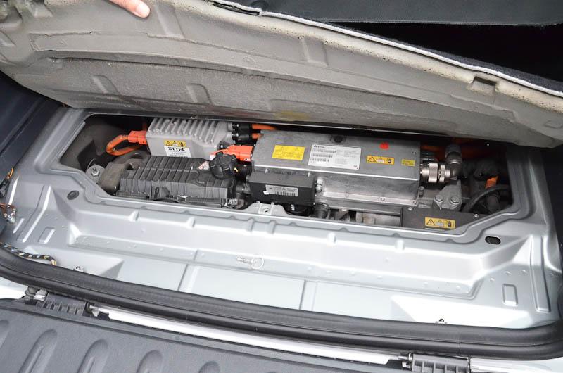 モーターは後車軸に搭載しており、エンジンベイの上からはほとんど見えない