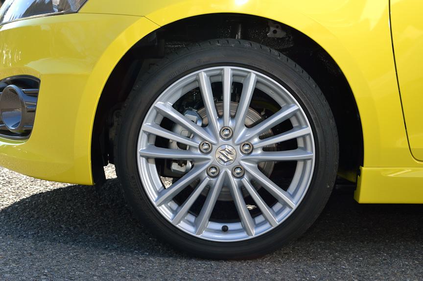 タイヤサイズは195/45 R17。専用ホイールは鋳造後にリム部分をローラーで引き延ばし加工を行うことで材料の強度特性を高めつつ、薄肉化を実現。さらにタイヤの軽量化、キャリパーの軽量化などで先代よりもバネ下重量を約9.8kg/台低減したと言う