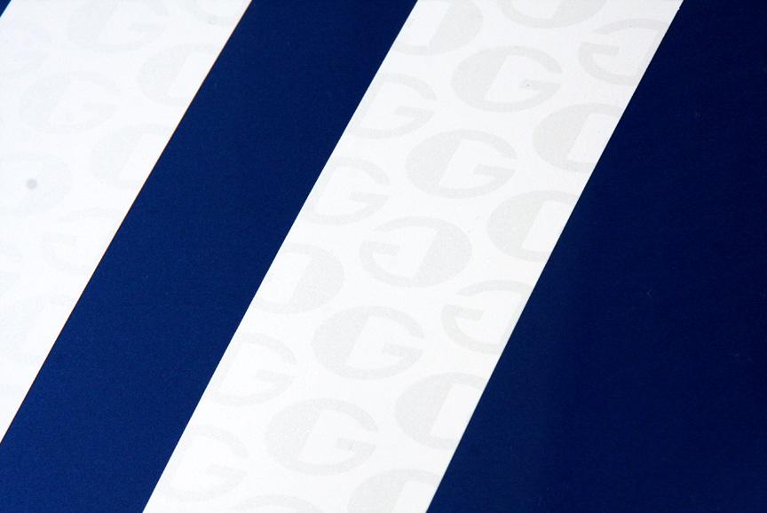 ダブルホワイトストライプはゴルディーニをあらわす「G」マークがエンボス加工される