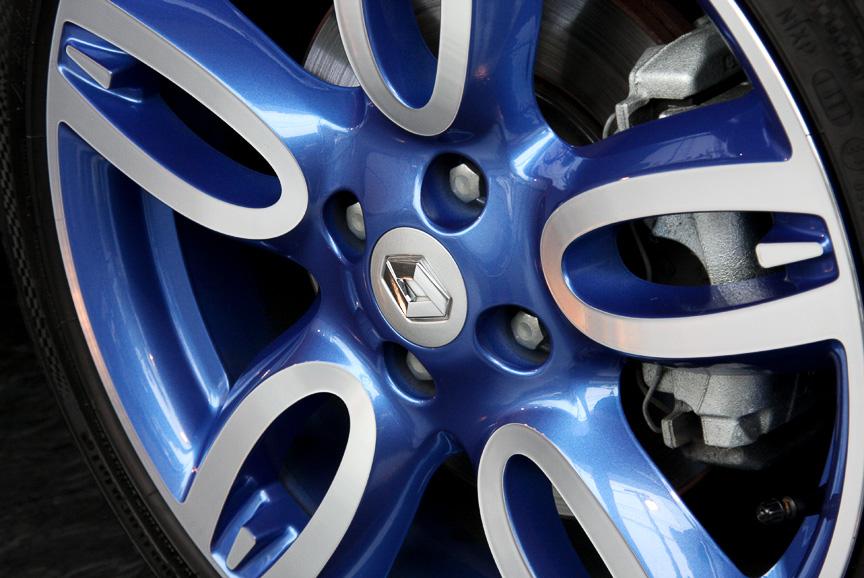 タイヤサイズは205/40 R17で、ホイールサイズは7J×17。シルバーとブルーのツートーンカラーを採用する
