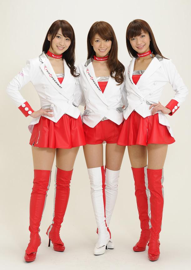 """イメージガール""""クレインズ""""の第7期メンバー。左から、渡辺順子さん、ますあやさん、南友香さん"""
