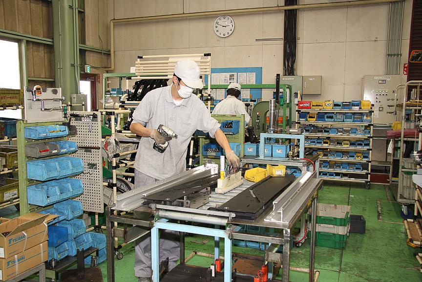 パーツサプライヤーに頼らず、使用する多くのパーツや部材を同工場内で製作している。また工場内の一角には、作業員が腕を磨く「技能道場」が設置されていた