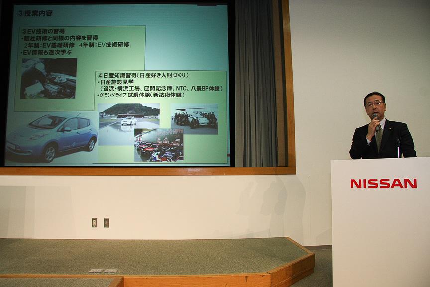 「モータースポーツという実体験の中で学び、真のクルマ好きを育成したい」と語る太田氏。スライドを使って共同プロジェクトの趣旨や日産自動車大学校について解説した
