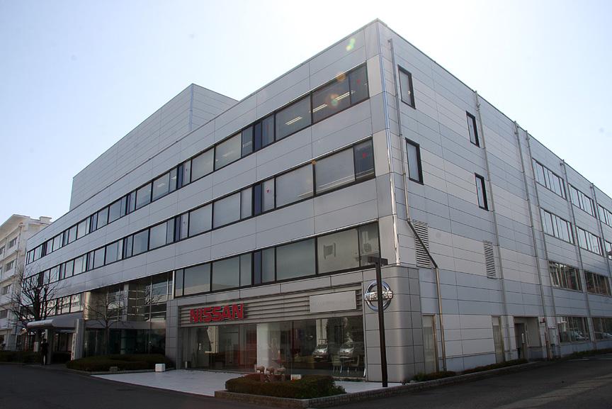 共同プロジェクトの発表が行われた日産横浜自動車大学校。実習車両には「NISSA GT-R」も用意されている