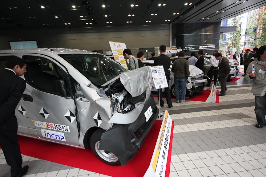 自動車アセスメント試験車両の一般公開をベルサール秋葉原で行う
