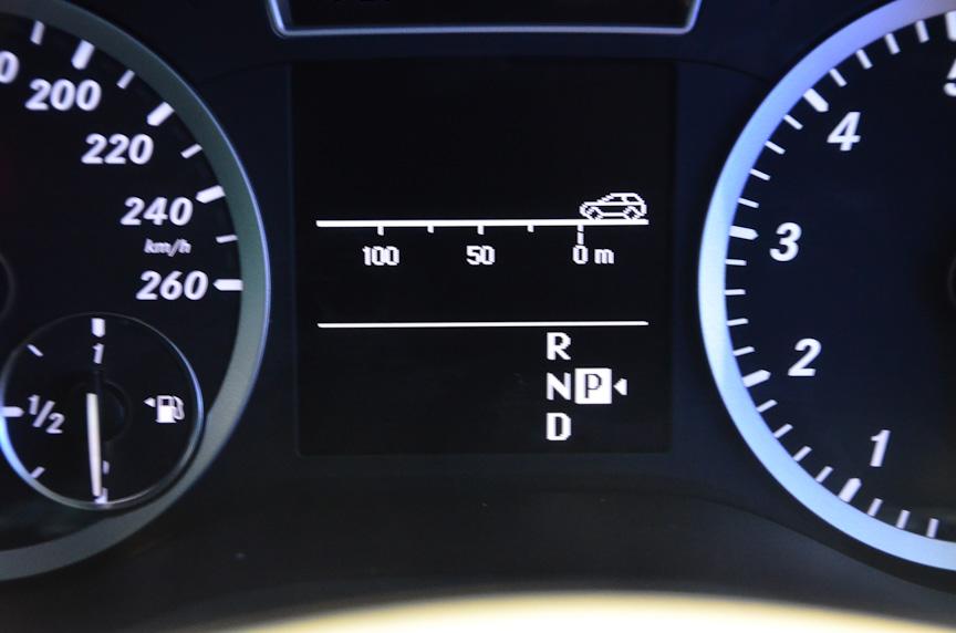 メーターパネル。中央のディスプレイには車間警告の車間距離表示(中)などが表示される