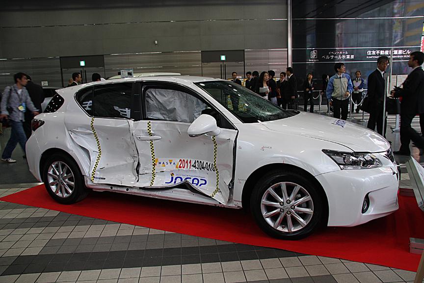 会場に展示されていたCT200hの側面衝突試験車両。前後のドアが大きく歪むほどの衝撃を受けているが、サイドエアバッグも標準装備となる8エアバッグによってキャビンスペースはしっかり確保されている