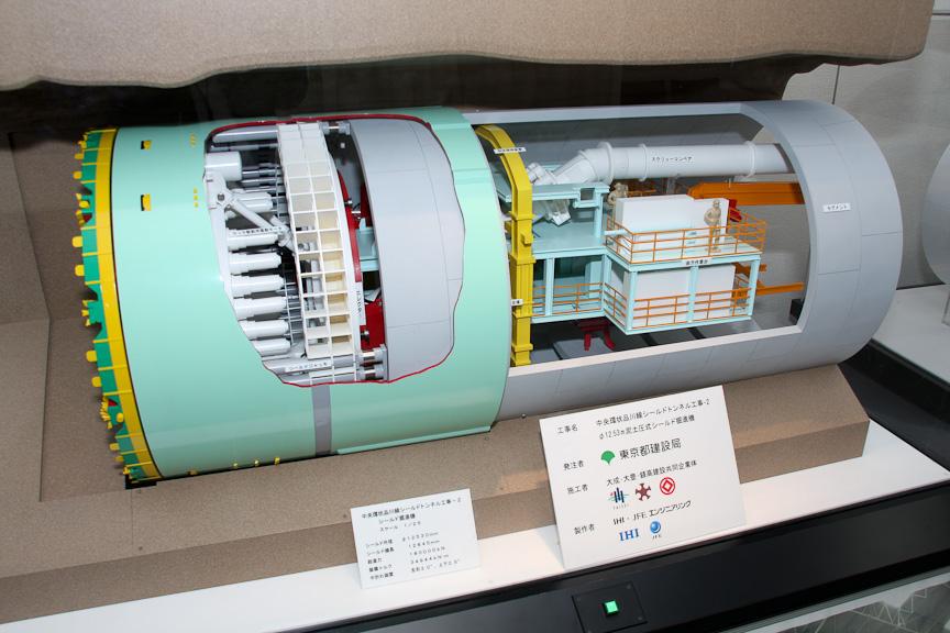 シールドマシンのジオラマ。写真は北(大橋)行トンネル(東京都側)で使用されたもの。外径は約φ12.5m、機長12.8m、掘削トルク39,444kNm