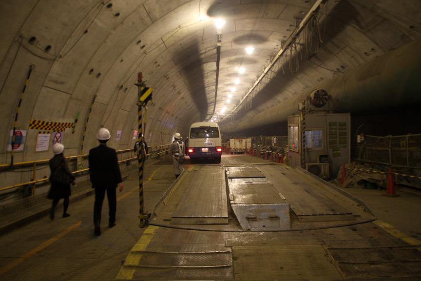 見学会は大井JCTの大井北立坑からエレベーターで首都高シールド(大井行トンネル)内に入り、大橋JCT付近のシールド到達部までマイクロバスで移動した