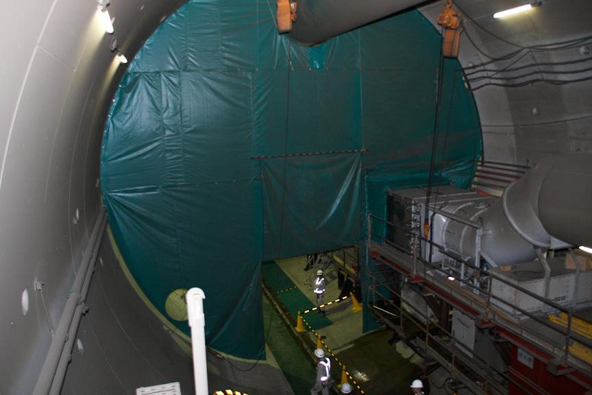 シールド到達部の手前。グリーンのカバーで覆われているのは、シールド解体時に粉じん等がトンネル内に飛散しないようにするため