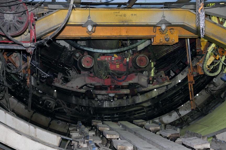 シールド到達部。赤く塗装されているのがシールドマシン本体で、シールドマシンの外筒はシールドの外壁として残すと言う