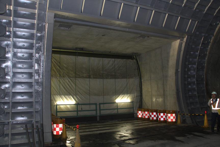 火災や震災等があった際に使うUターン路。通常時はシャッターで閉じられている。1kmに1個所の間隔で設置されると言う