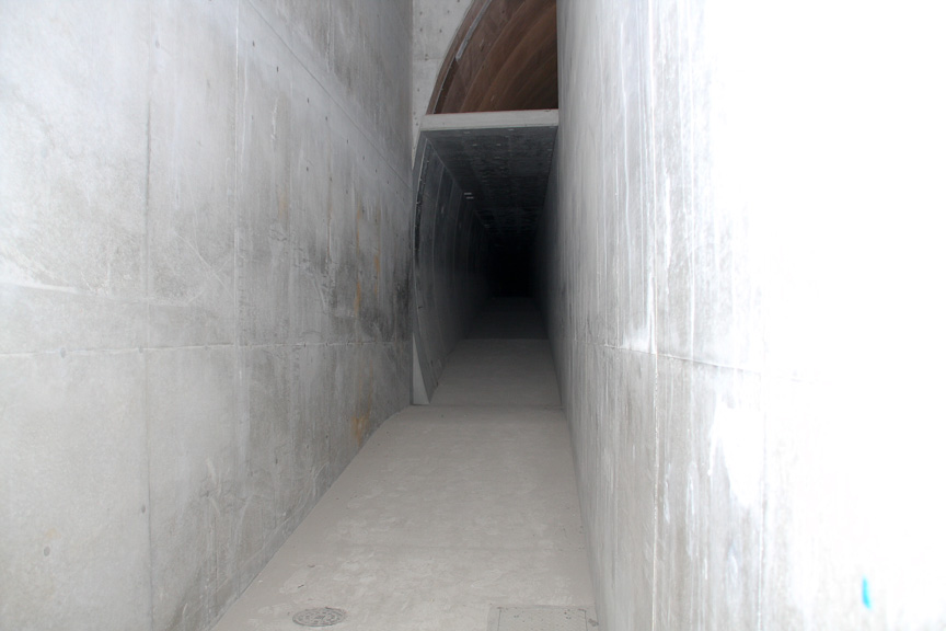 大井JCT付近の独立避難通路。この付近は両シールドが平行して走らないため、非常口から隣のトンネルに逃げることができない。そのため独立避難通路が設けられ、火災時などの際はこの先のシェルターに避難することになる