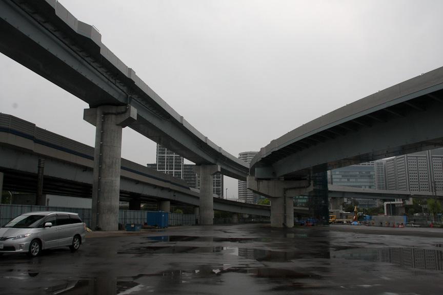 大井JCTを下から見たところ(左車線が湾岸線西行き[至横浜]、右車線が湾岸線東行き[至千葉])