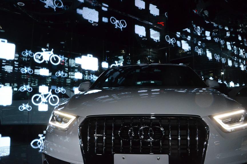 Q3の背後のスクリーンには、Q3のデザインや、Q3との生活をイメージした映像が投影され、音響が流れる
