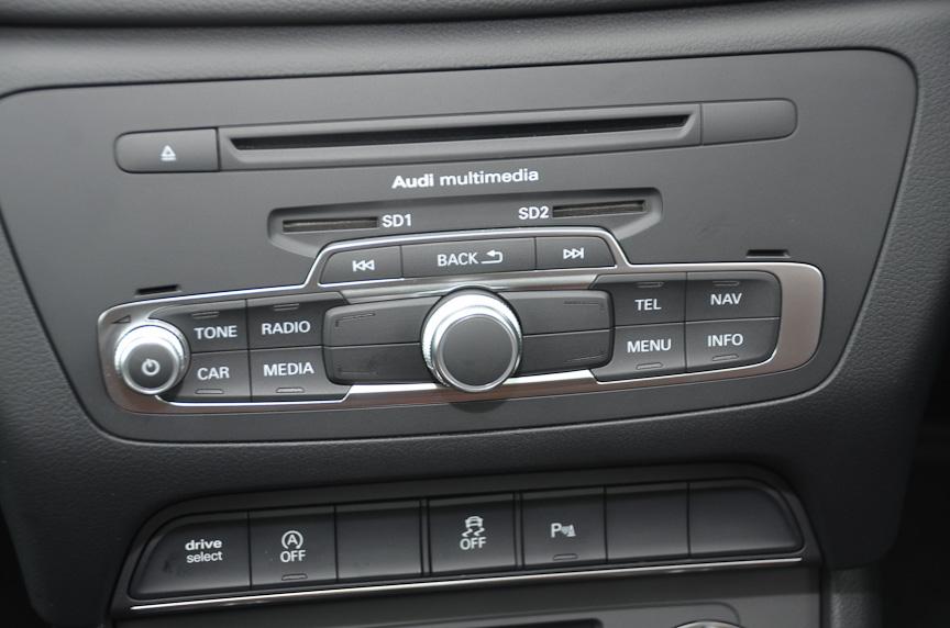 展示車はBOSEのサウンドシステムを搭載。MMIのインターフェイスも見える。リアシートは1:2の分割可倒式