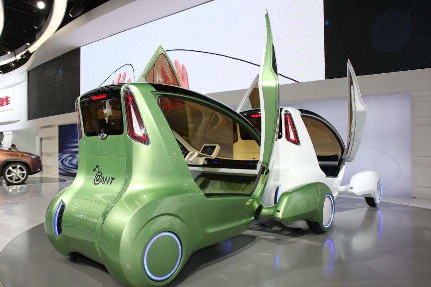 「@ANT」は、連結走行が可能なEV。クラウドサービスなどを使い、目的地が同じ車両なら連結して走行ができる。次世代のアーバンモビリティとしての提案になる