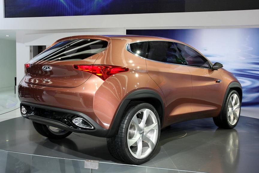 SUVコンセプトの「TX」。パワフルな造形の中にも美しさを感じさせるデザインを採用。水や波といった自然との調和も意識して作り上げたと言う