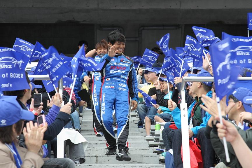 決勝レース前には青く染まったスタンドまで足を運びファンへ抱負を語った