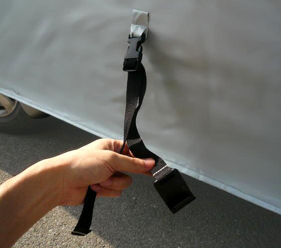 バックル式のフック型留め具。ボディー側面の形状によっては適合しない場合もある