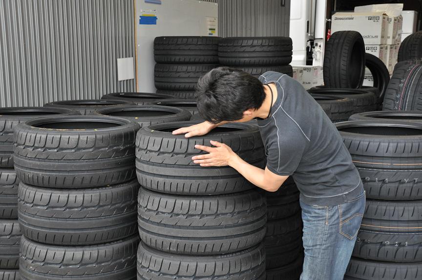 タイヤのトレッド面の変化を確認中