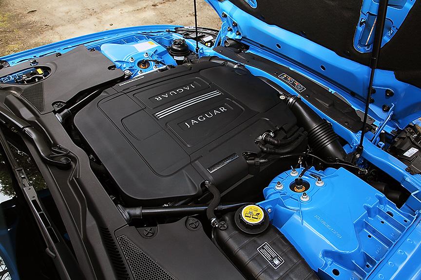 XKシリーズのエンジンフードは前端を支点に開く