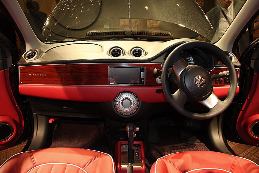 ミツオカ車といえば外観デザインの大胆な変更が印象的だが、3代目ビュートではウッドタイプインパネ(7万5000円高)や本革シート(20万円高)など、内装でも数多くのオプションをラインアップして独自の世界観を車内でも楽しめるようになっている