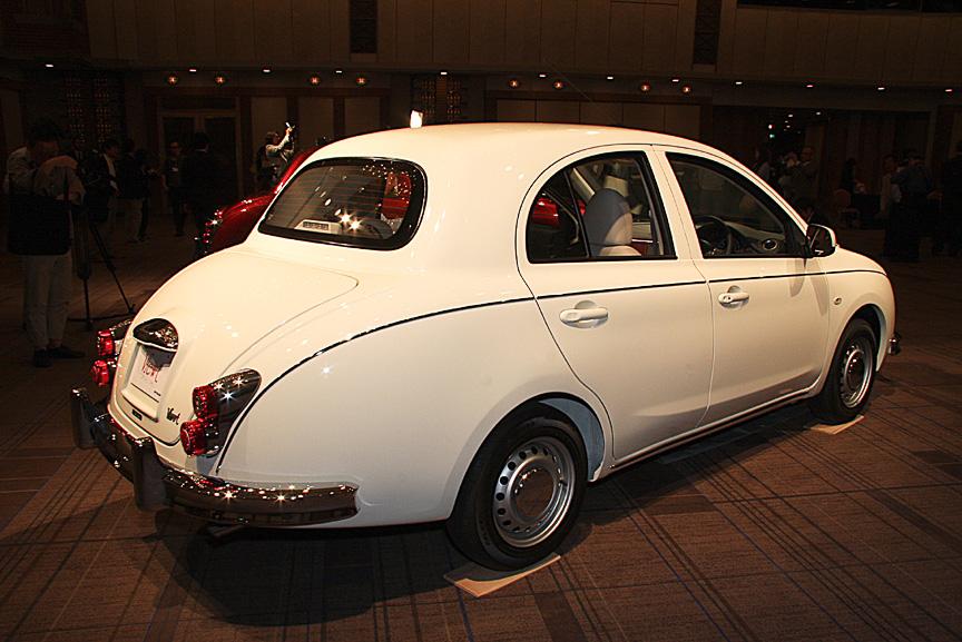 4種類あるボディーカラーのうち、写真のホワイトとブラックメタリックはダークレッドの内装色との組み合わせになる