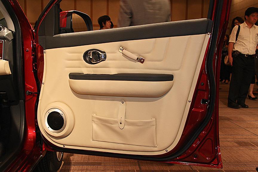 全車にオプション設定されるクラシックドアトリム。ダークレッド、アイボリーともに12万円高の価格設定