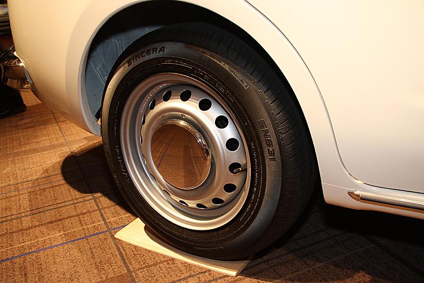 標準仕様のタイヤ&ホイール。サイズは165/70 R14