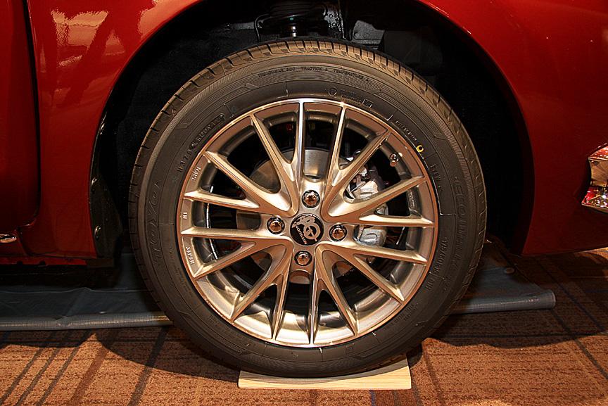 オプション設定となるアルミホイール。タイヤサイズも175/60 R15に変更される。価格は15万9600円