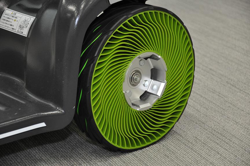 会場に展示された「非空気入りタイヤ」装着車両。これも再生可能資源を使用すると言う