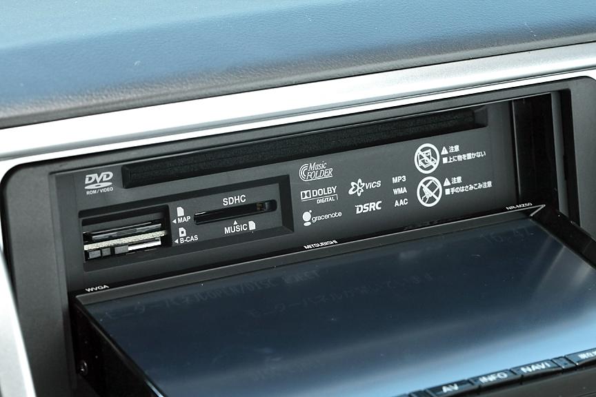 モニター背面にはCD/DVD、デュアルSD&B-CASカードスロットが備わる