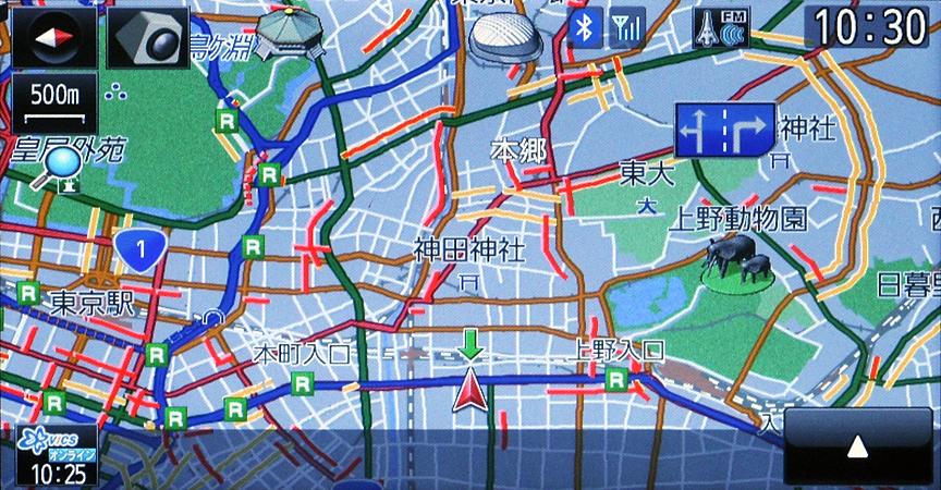 情報が多いため渋滞表示はちょっと複雑。まず基本として実線が一般道で高速が点線。さらに線または点線のみのものがVICS、片側にピンクの補助線がつくのがオンデマンドVICS、両端に黄色の補助線がつくのがスマートループ渋滞情報となる