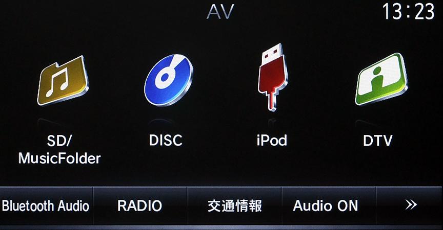 USB端子を利用したiPod/iPhone接続にも対応。iPodを接続した場合はメニュー表示も変わる
