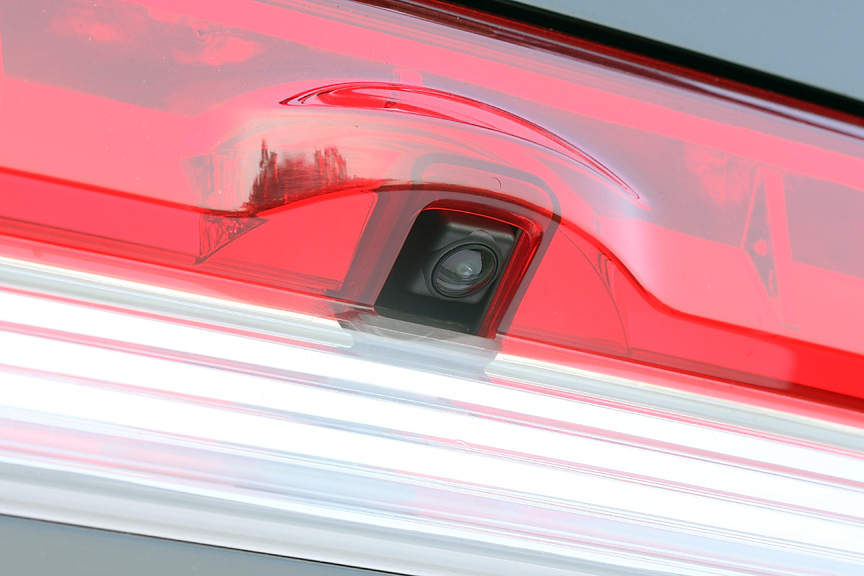 バックカメラは後方確認用アイテムとして便利。さらにそれを利用して車線の逸脱をアラートしてくれる機能も。余計な出費なしで使えるのが嬉しい