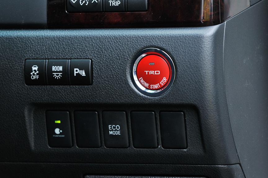 ヴェルファイア TRD SpotivoはグッドイヤーのイーグルRV-S(サイズ:245/40 R19)を装着。デモカーに装着されているアイテムのほとんどは、ハイブリッドにも装着できると言う
